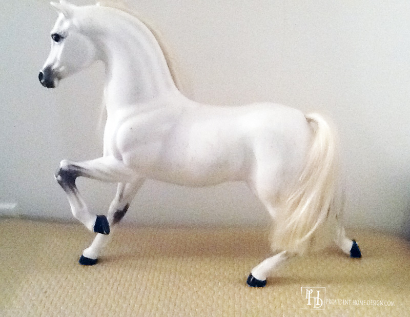 decor horse before spray painted